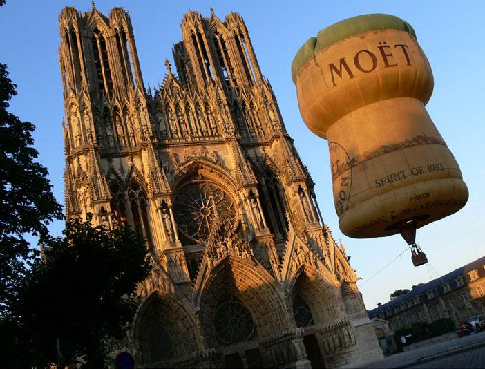 Реклама на воздушных шарах: рекламный воздушный шар специальной формы в центре города