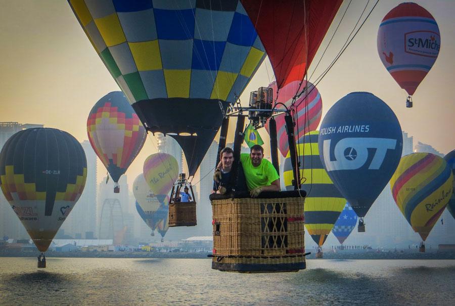 Воздушные шары в небе над Дубаем